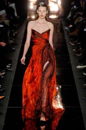 Модный прогноз: высокие длинные разрезы на платьях и юбках