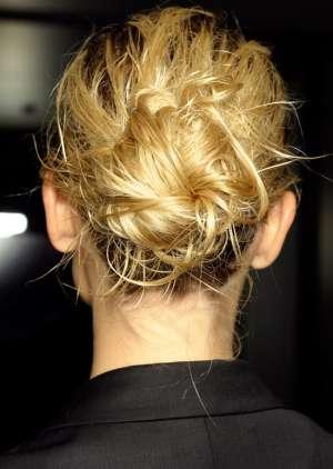 Прическа пучок с эффектом мокрых волос
