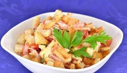 Салат из помидоров с грудинкой, сыром и сухариками