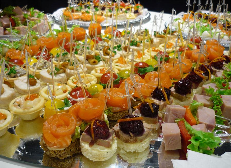 Французы любят ходить в гости и довольно легко приглашают друзей к себе. Конечно, существует значительная разница русского гостевого этикета и французского. Найдем 5 отличий и 5 сходных черт.